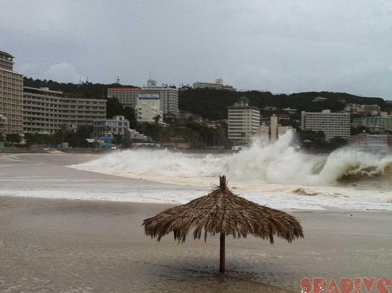 台風6号(マーゴン)!!大荒れの海|7/18/2011南紀白浜 白良浜