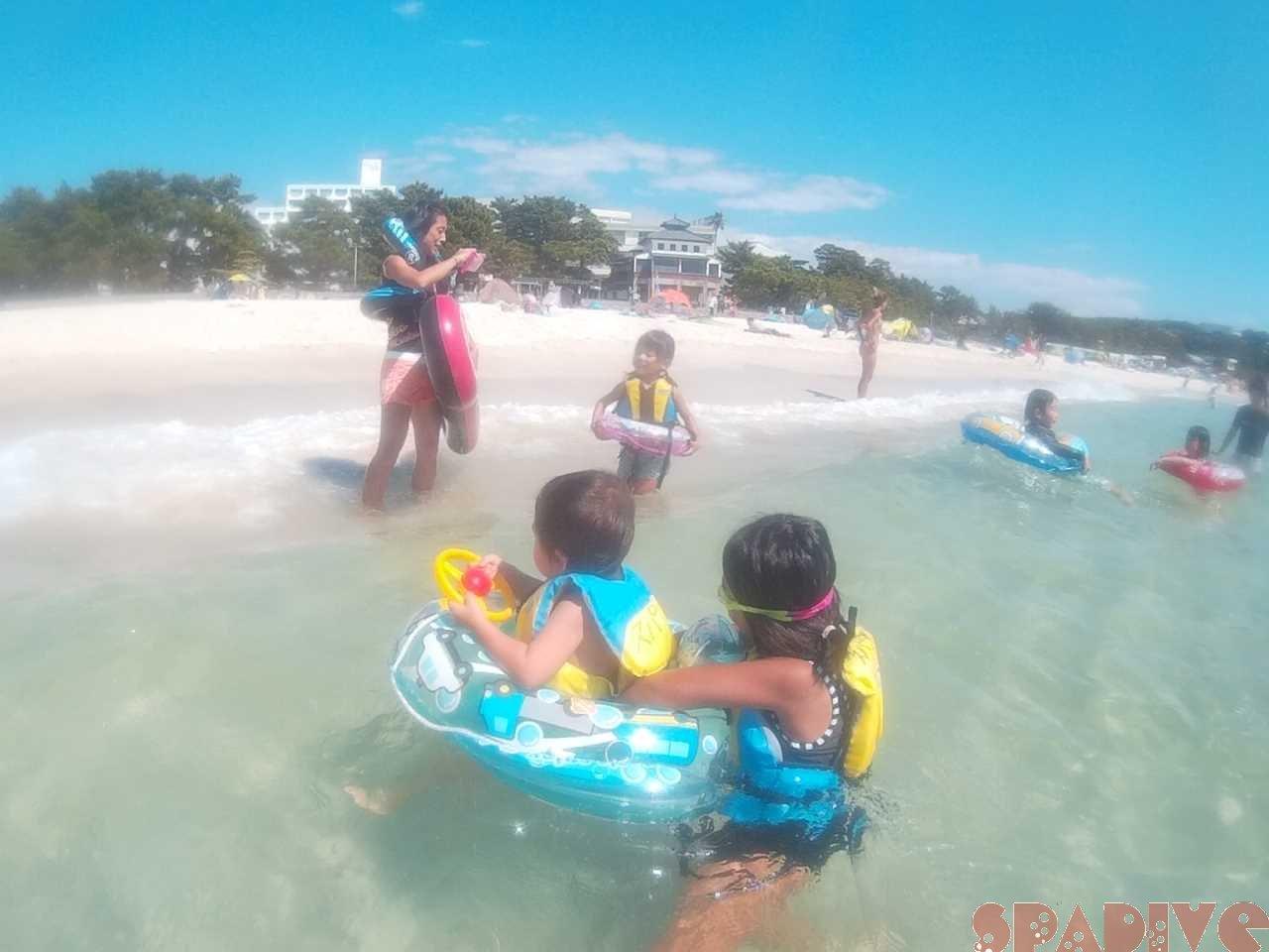 子ども達と家族揃って海水浴|使用した安全浮き具|9/2/2017白良浜