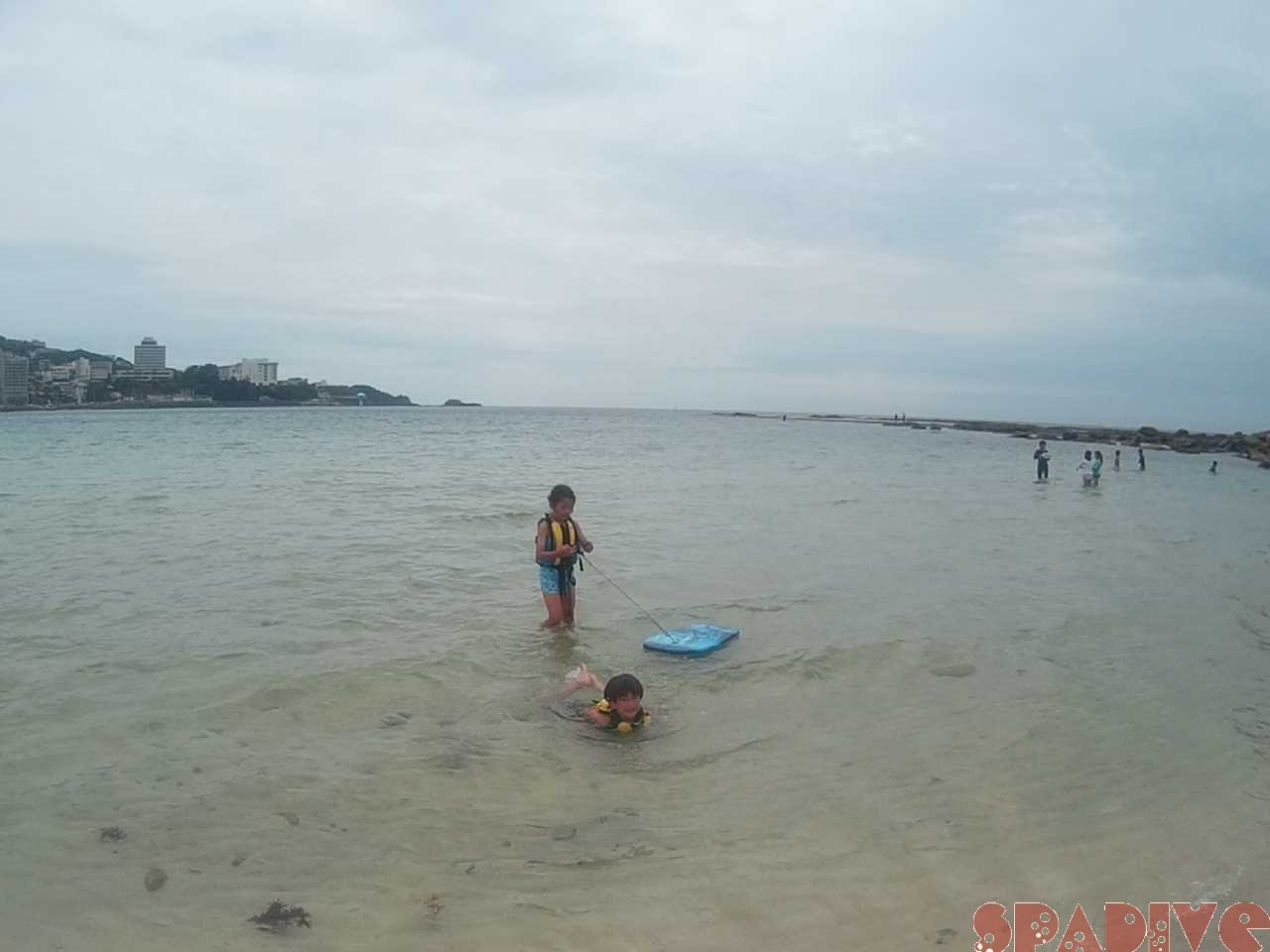 白良浜でこども達の海水浴画像1